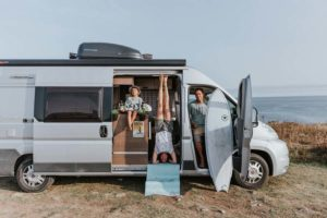 voyager en van en famille : les voyages de Tao - van, surf et yoga