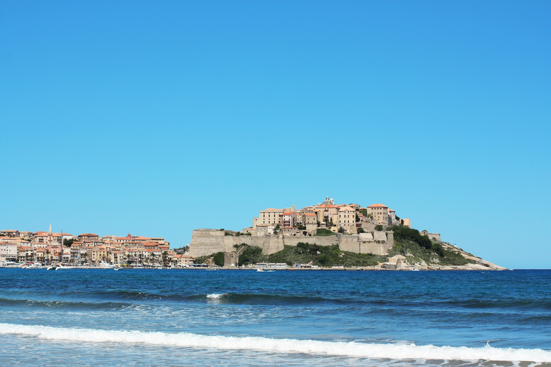 Partir en Corse en ferry avec son fourgon aménagé